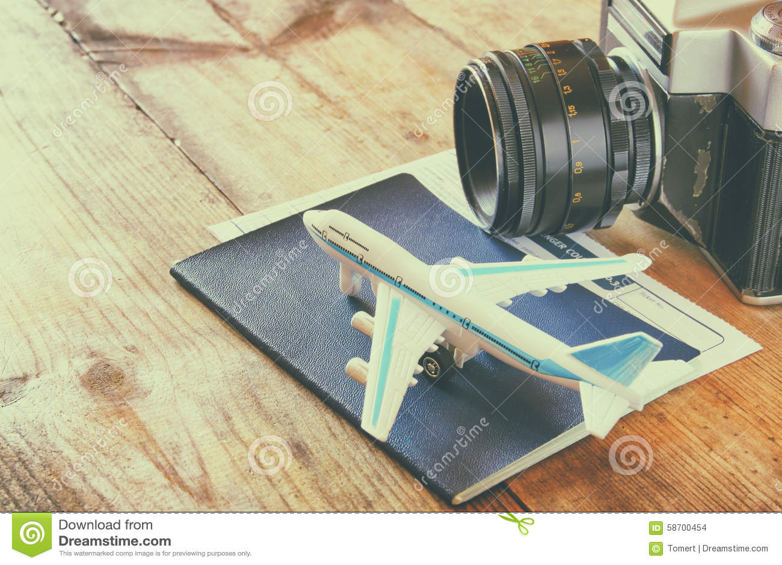 Spielzeugflugzeug und -paß über Holztisch Retro- Art-Bild
