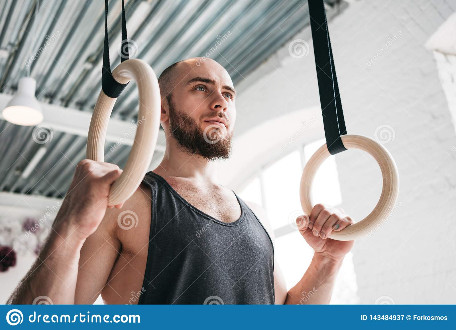 Spier gymnastiek- ringen houden bij lichte gymnastiek en mens die weg kijken