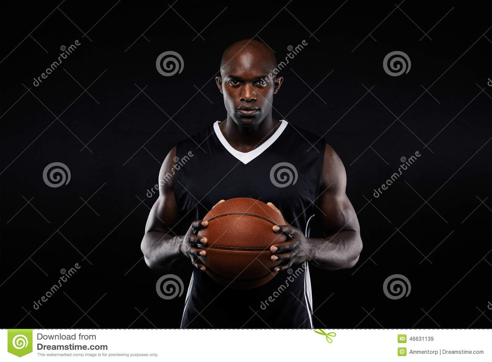 Spier jonge mannelijke basketbalspeler in eenvormig