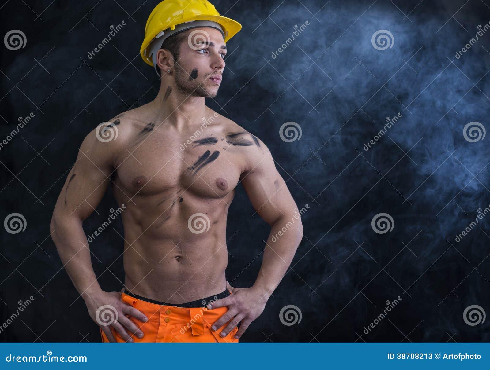 Spier jonge shirtless bouwvakker