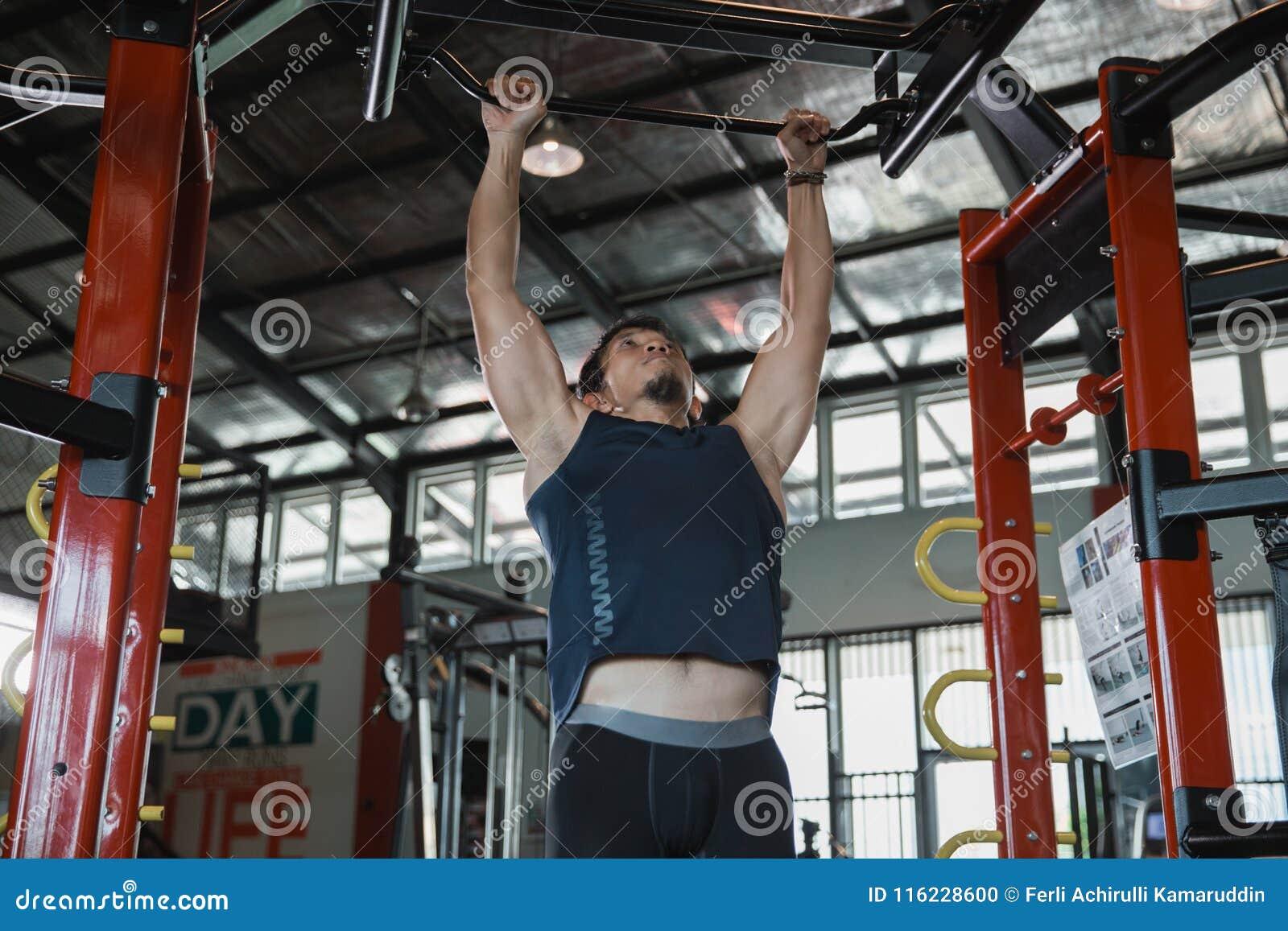 Spier mannelijk model met perfect lichaam die trekkracht UPS doen
