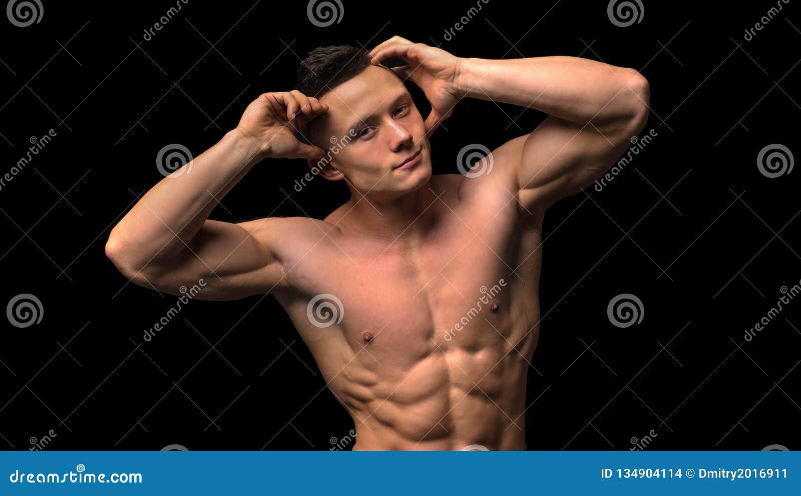 Spier model jonge mens op donkere achtergrond Manierportret van sterke brutale kerel met in kapsel nanometer