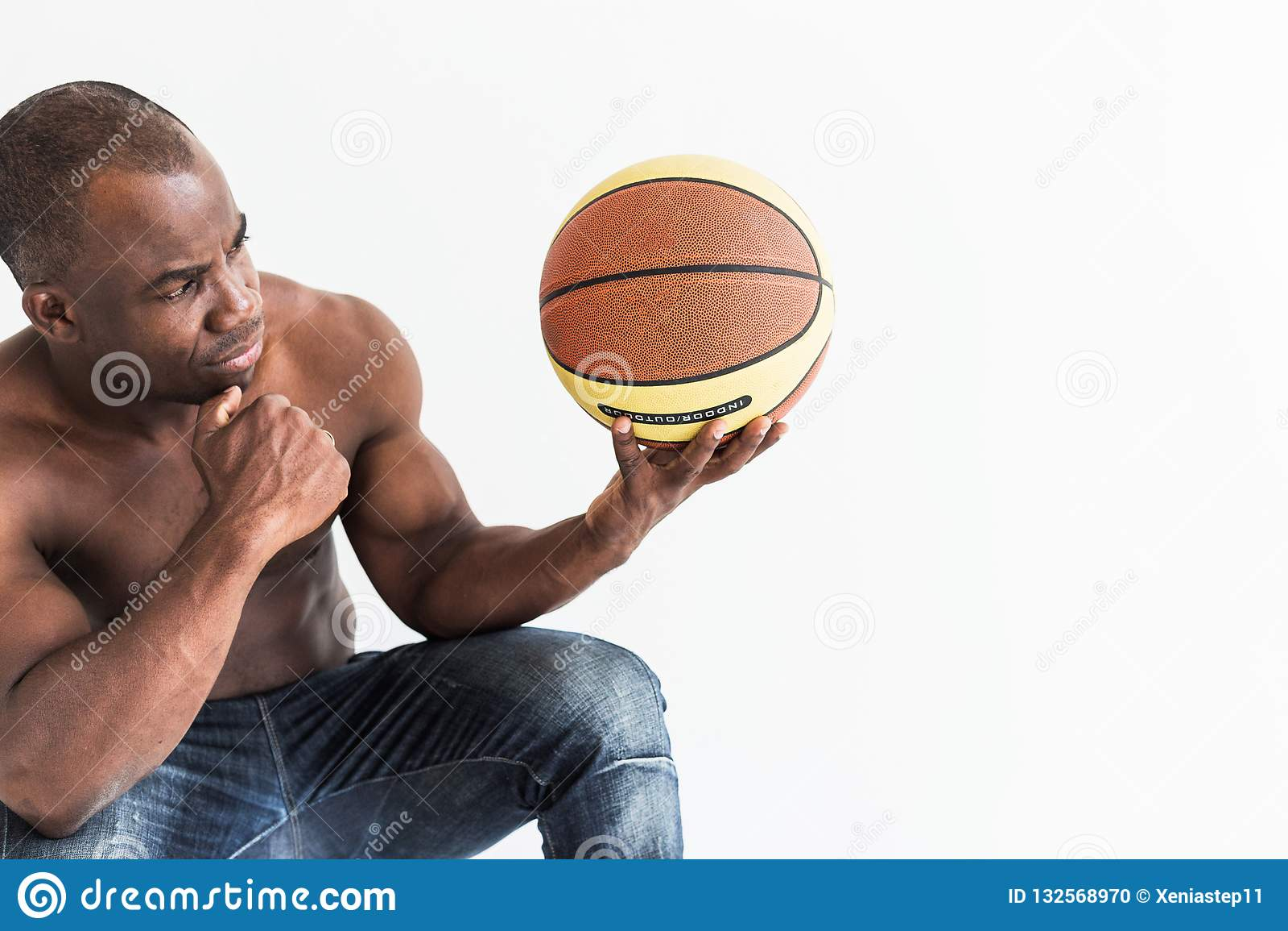 Spierafro Amerikaanse atleet met basketbalbal op witte achtergrond