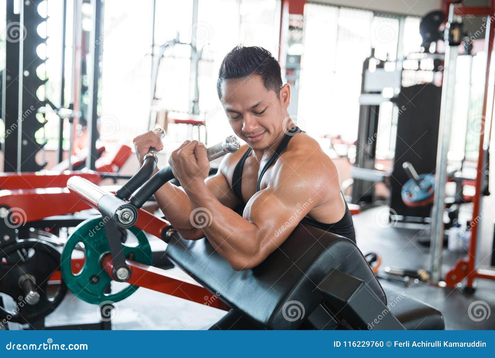 Spiermensentraining op oefeningsmachine