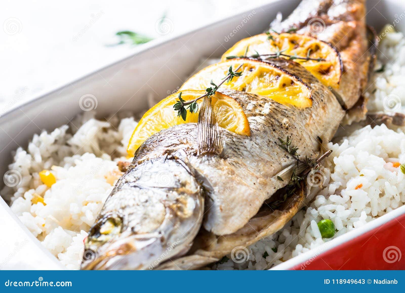 Spigola Del Pesce Al Forno Con Riso E Le Verdure Immagine Stock