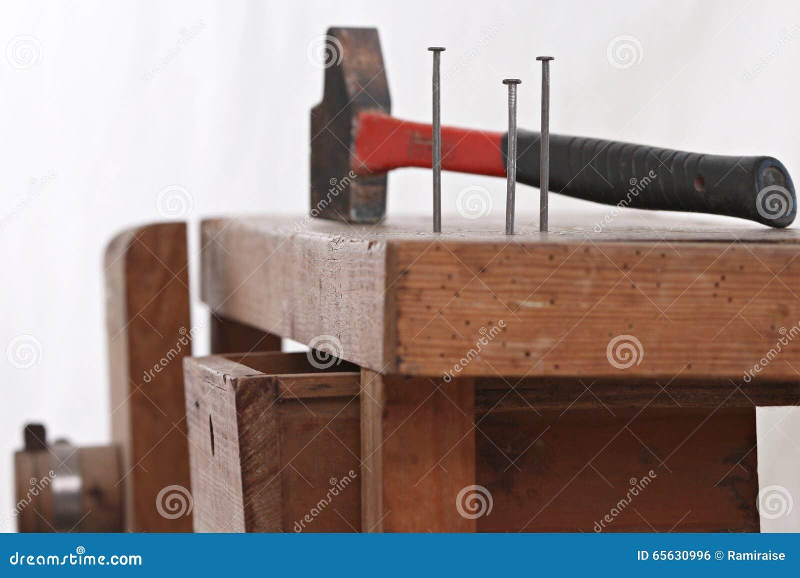 Spijkers en een hamer