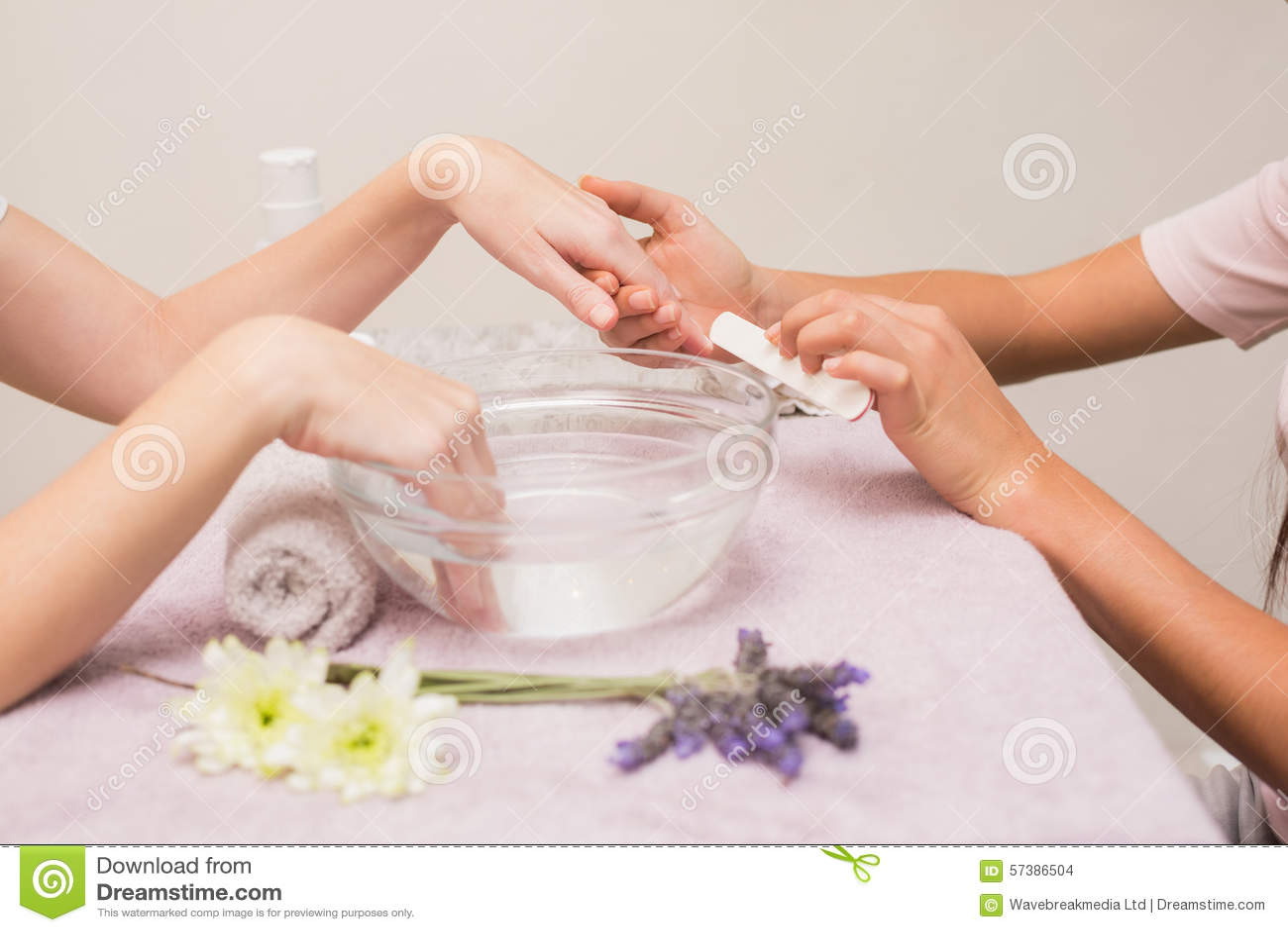 Spijkertechnicus die klant een manicure geven