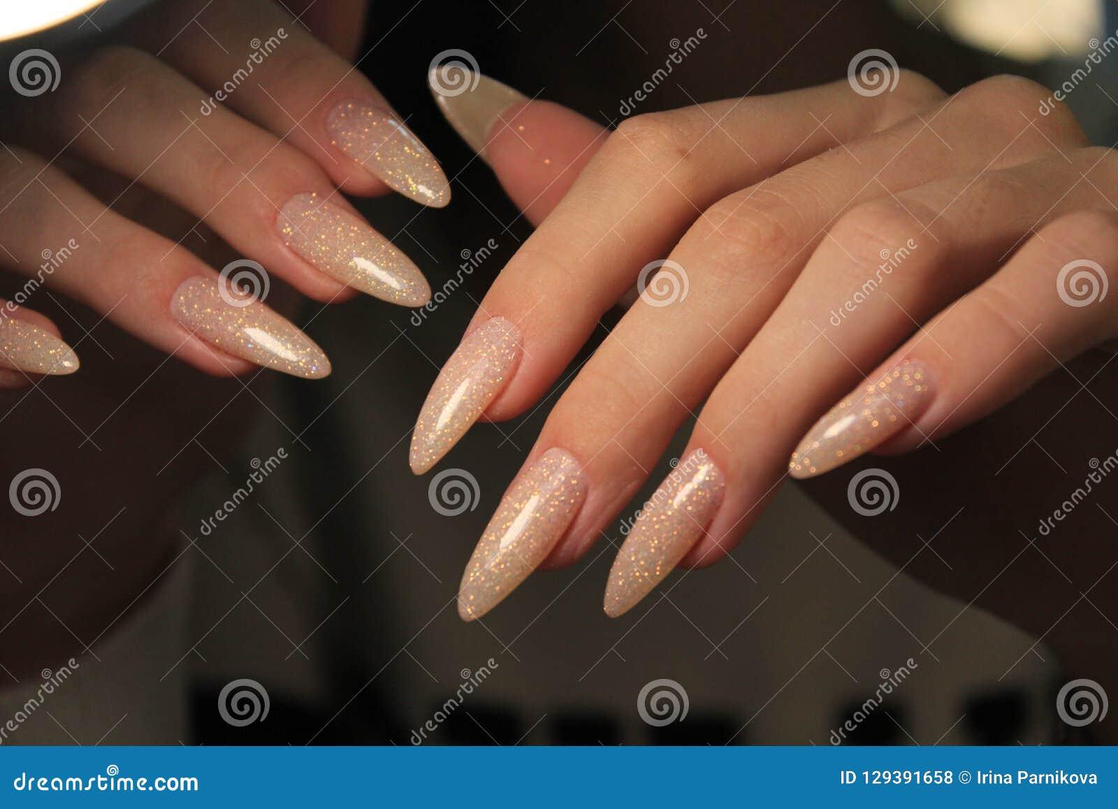 Spika manikyr på händer