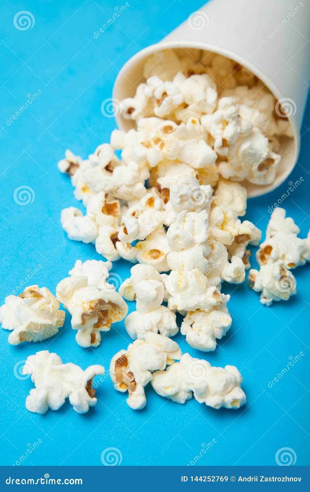 Spillt popcorn från en pappers- kopp