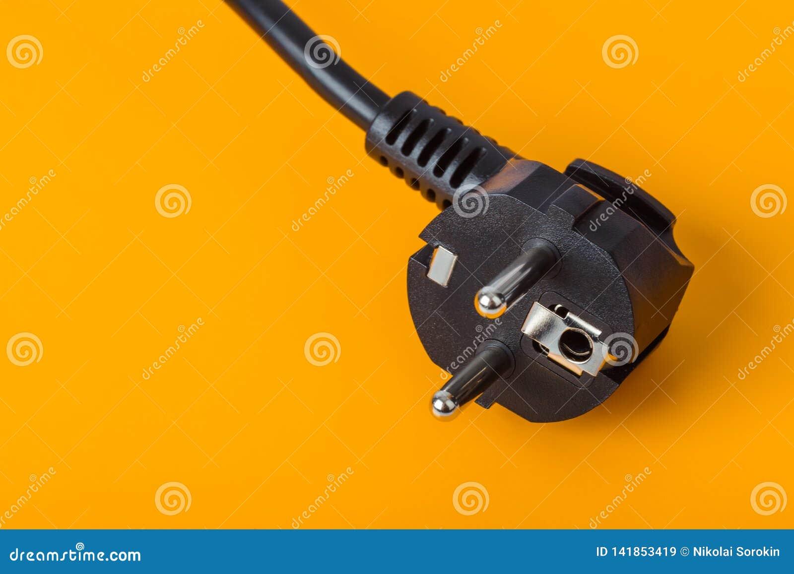 Spina elettrica su fondo arancio