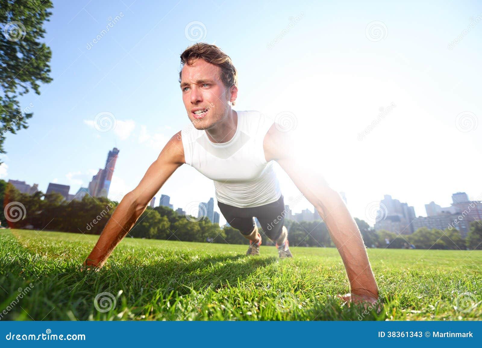 Spinga verso l alto l uomo che fa i piegamenti sulle braccia in Central Park New York