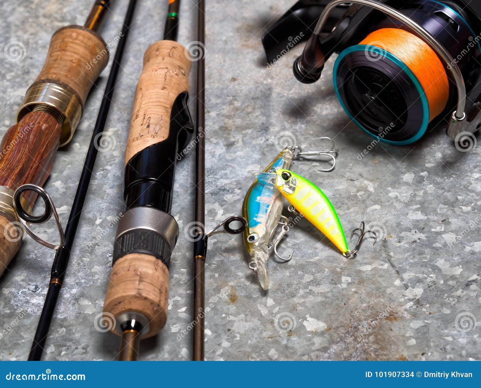 Spinnings, Spule und Köder auf einem Blatt des Zinns