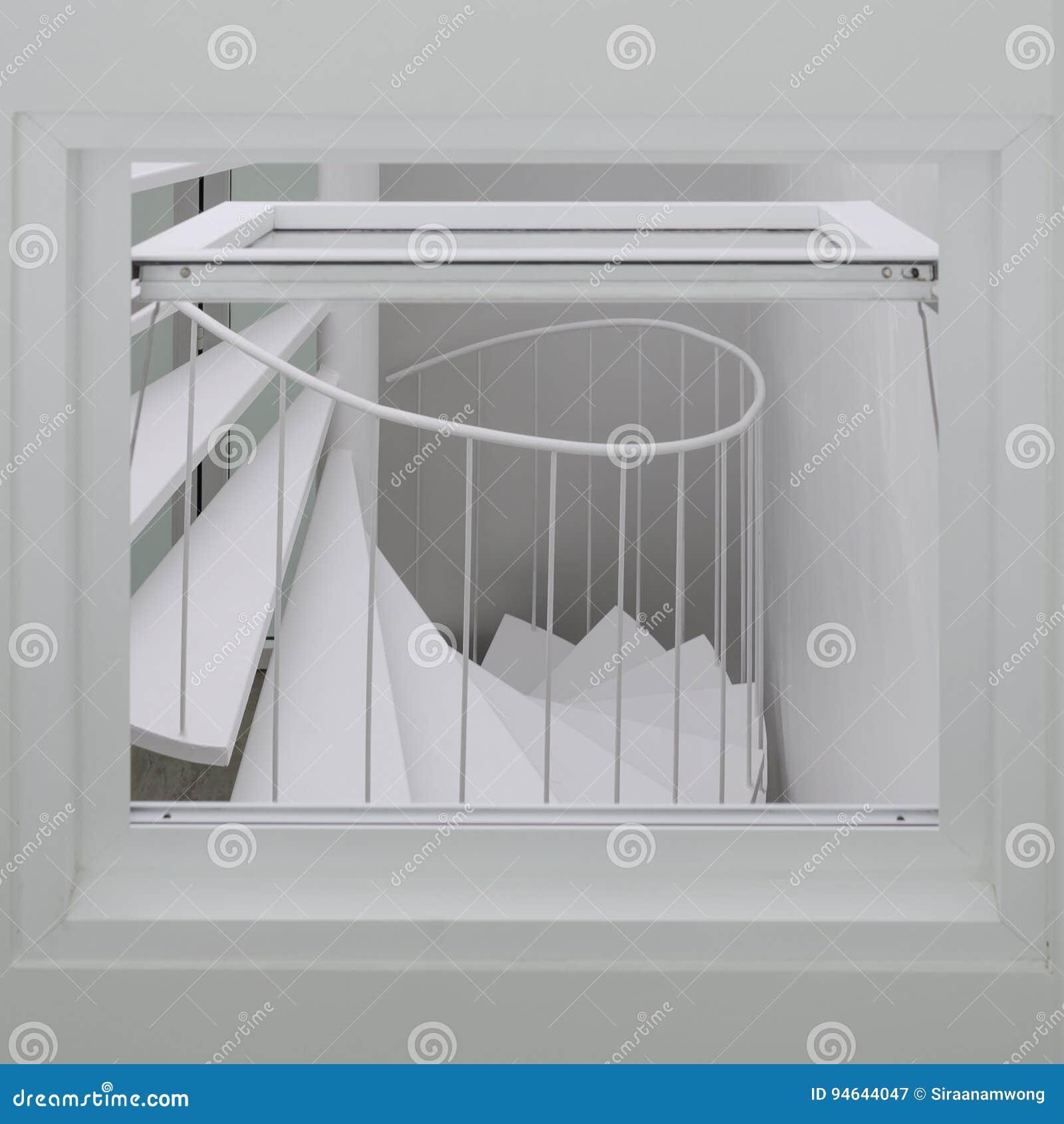 Spiraalvormige trede door het venster