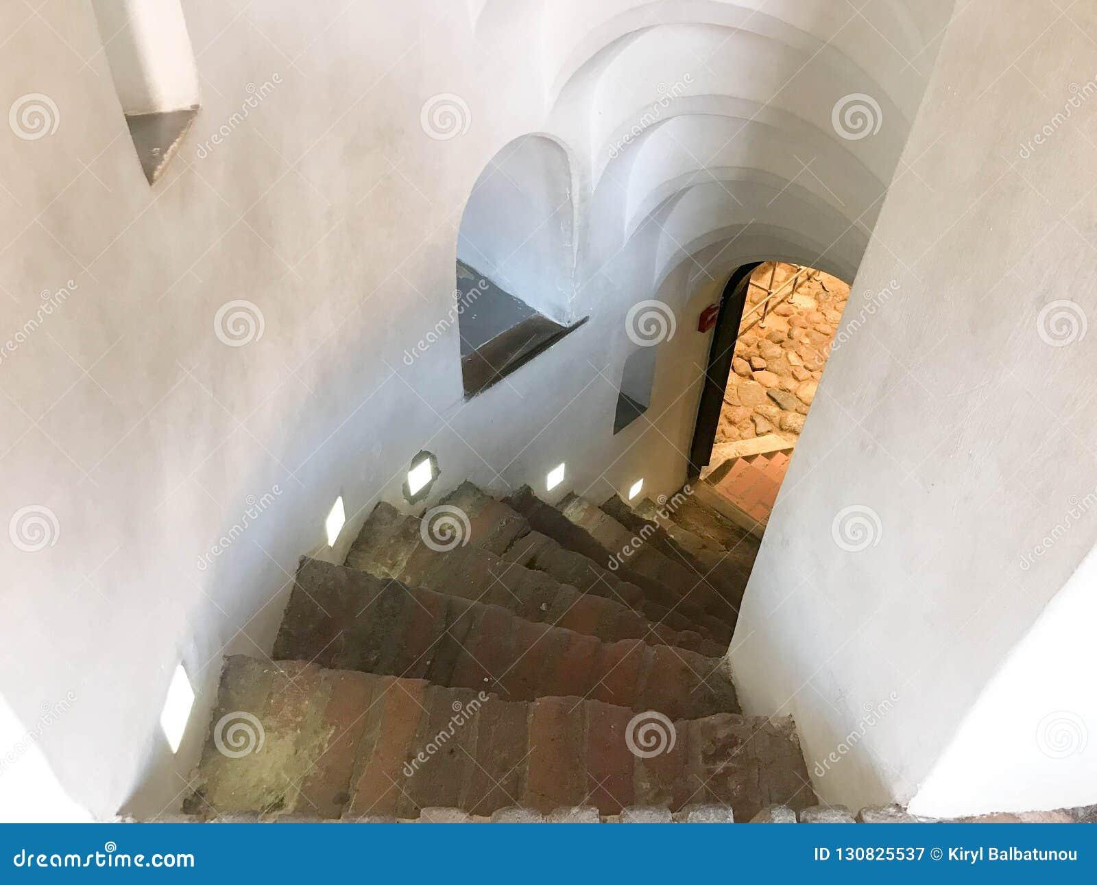 Spiral trappa för brant sten som går ner från momenten