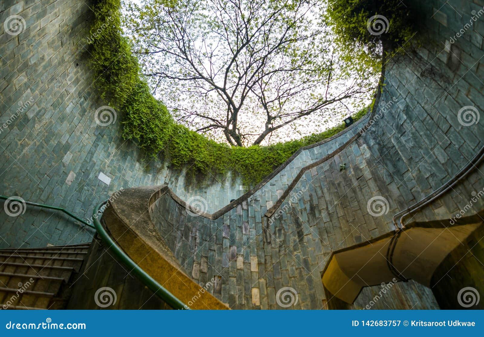 Spiraltrappuppgången av tunnelbanan på på burk för fort parkerar, Singapore
