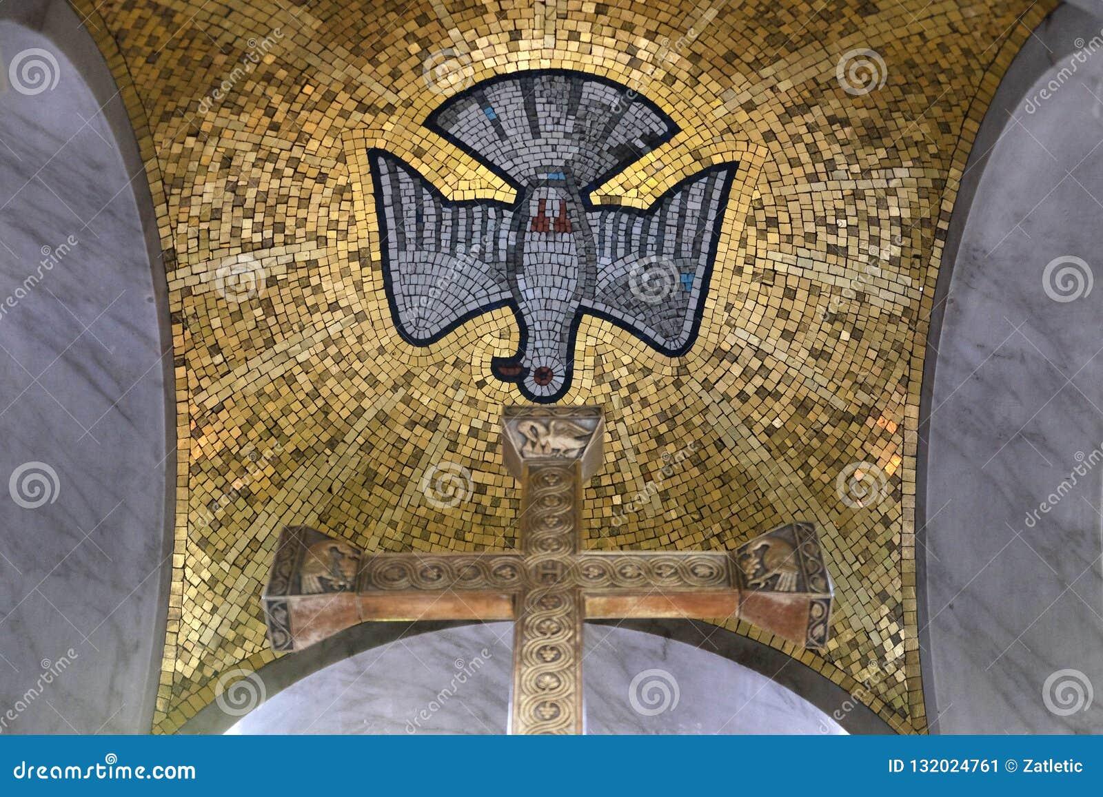 Spirito Santo trasversale e, altare principale nella chiesa di San Biagio a Zagabria