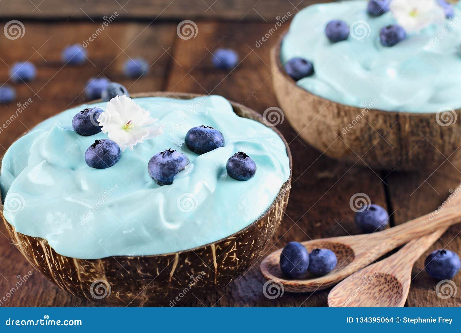 Spirulina azul y Berry Smoothie Bowls con la fruta fresca