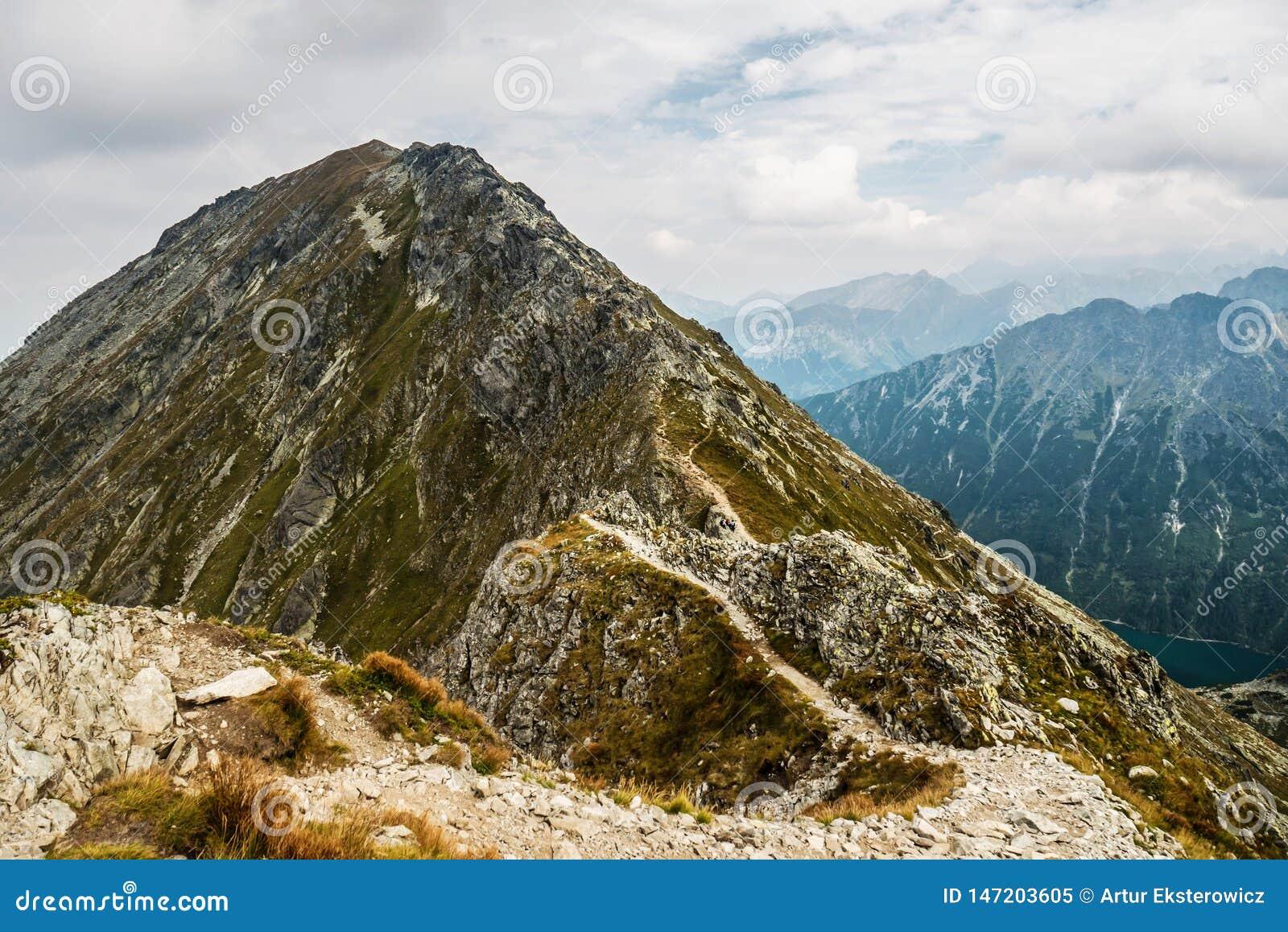 Spitze in den Bergen im Sonnenschein