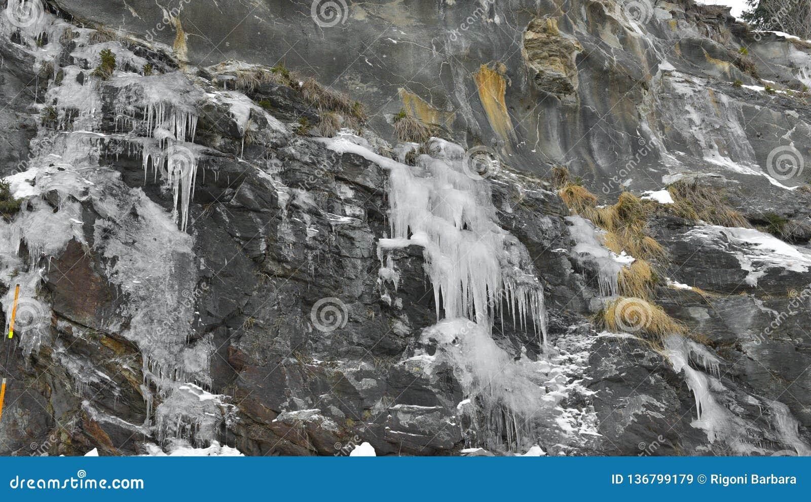 Spitzen des Eises hängend vom Berg