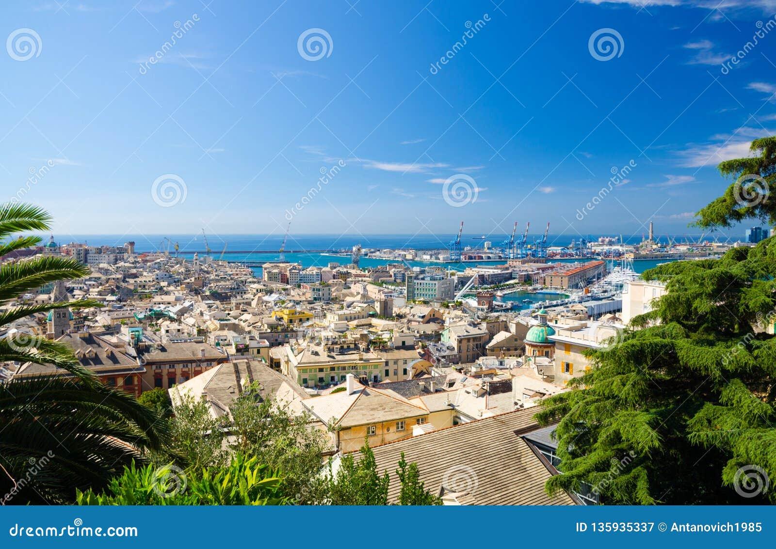 Spitzenszenischer von der LuftPanoramablick von oben der alten historischen Mitte der europäischen Stadt Genua
