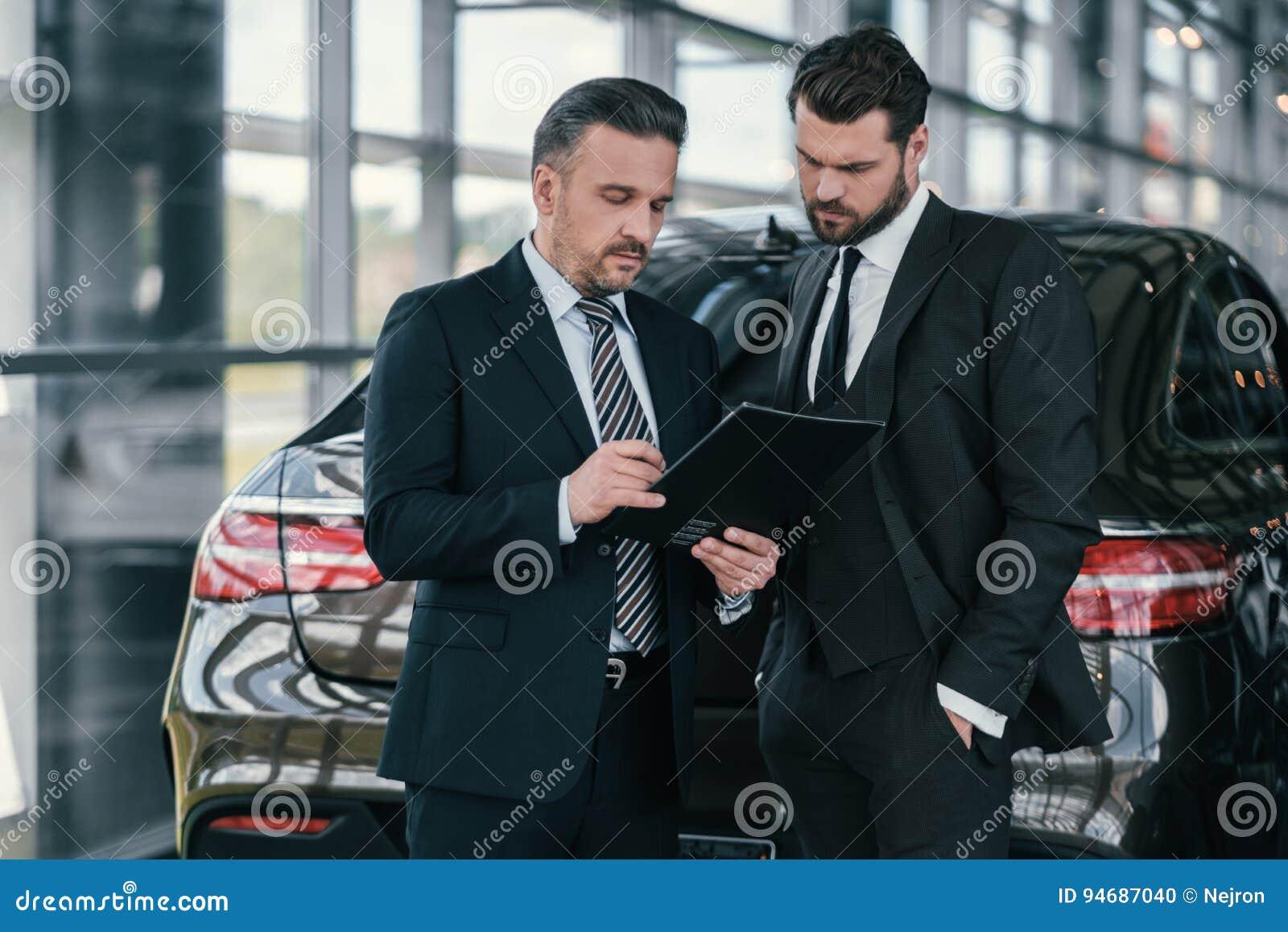 Spitzenverkaufsleiter und Kunde am Verkaufsstelleausstellungsraum