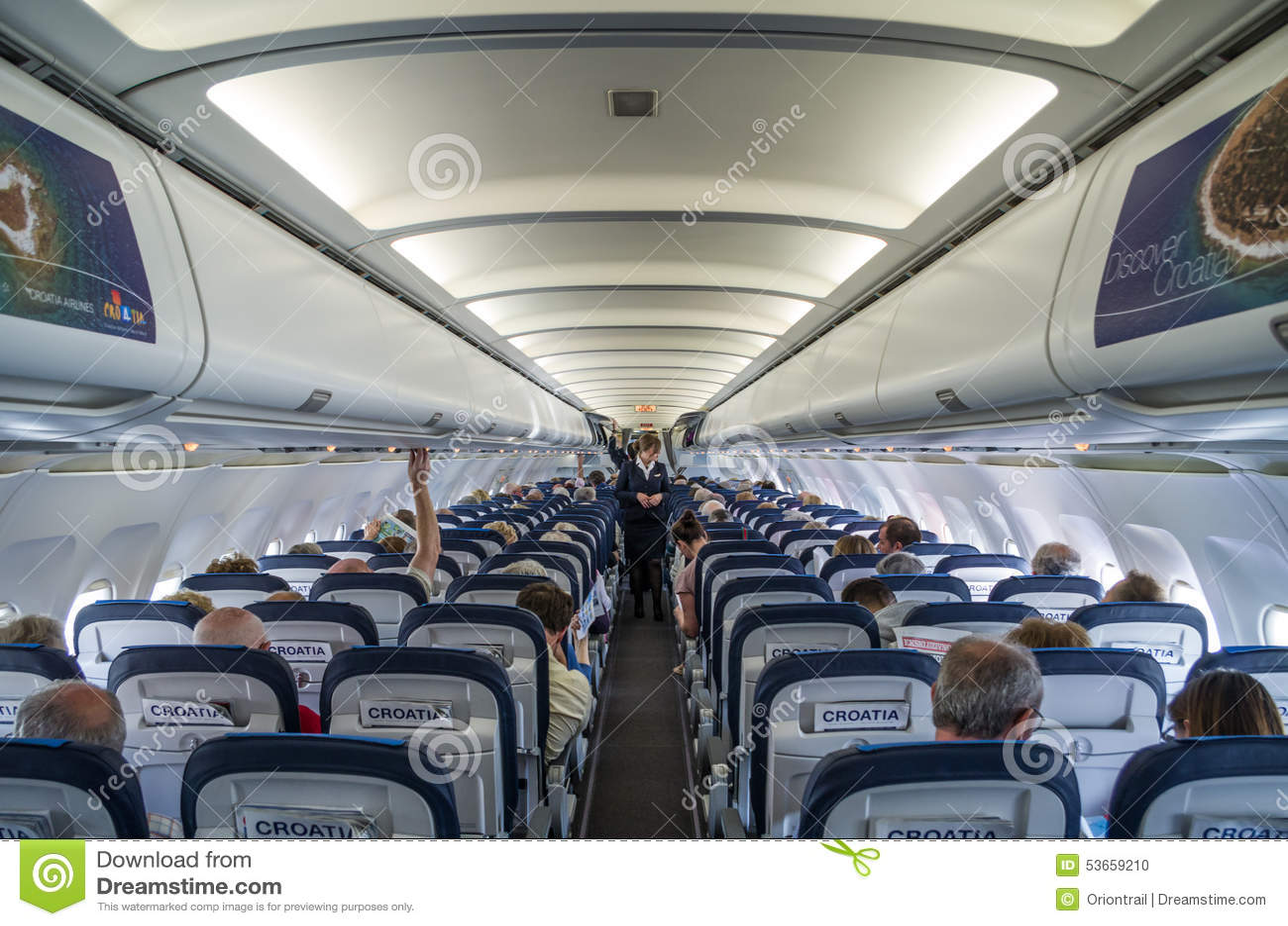 SPLEET, KROATIË - MAART 6, 2015: Passagiers binnen van de Luchtbus van de Luchtvaartlijnen van Kroatië A320 tijdens pre-flight ve