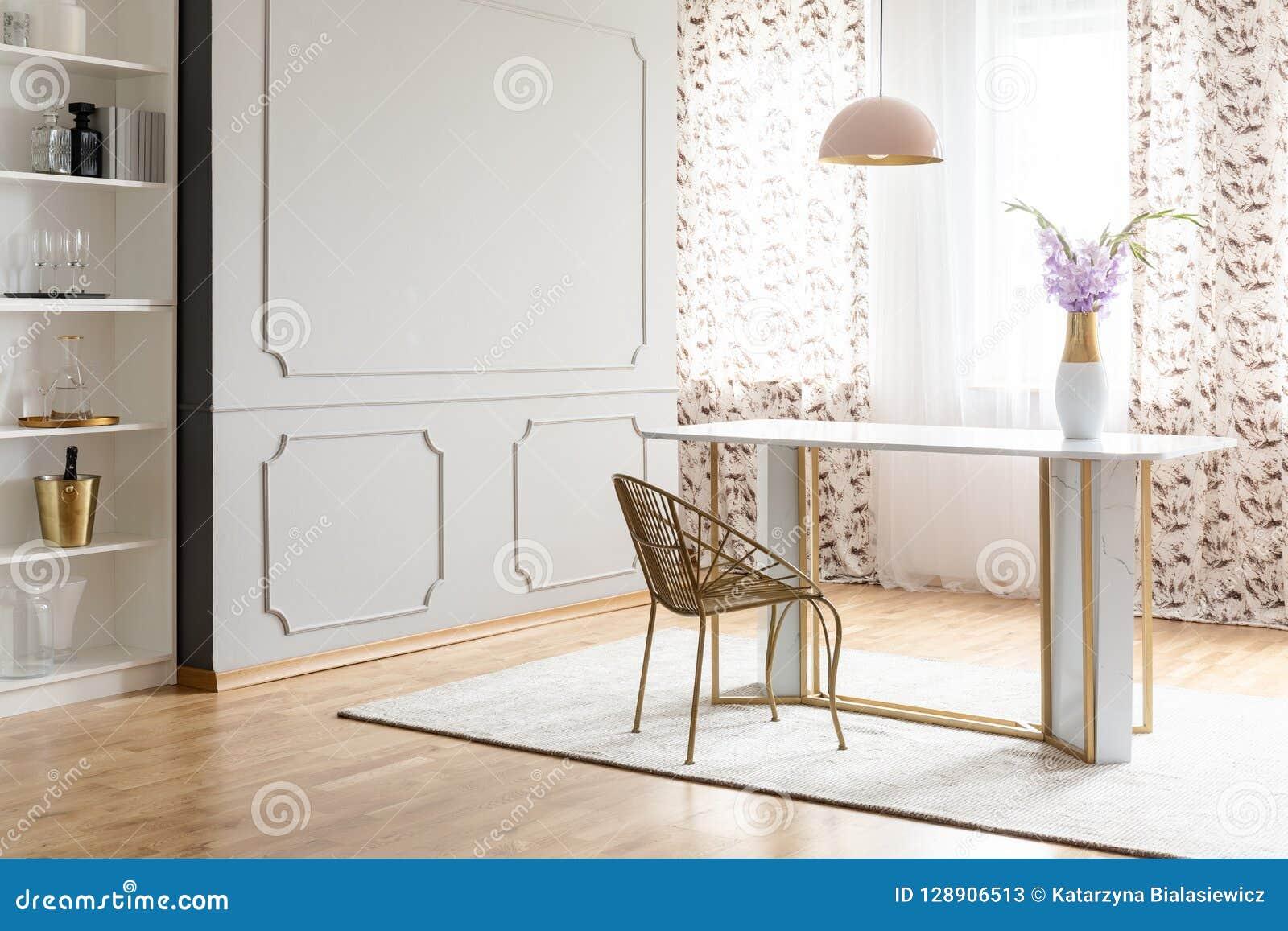 Splendor jadalni wnętrze z stołem, krzesło, kwiat i opróżnia ścianę Umieszcza twój obraz
