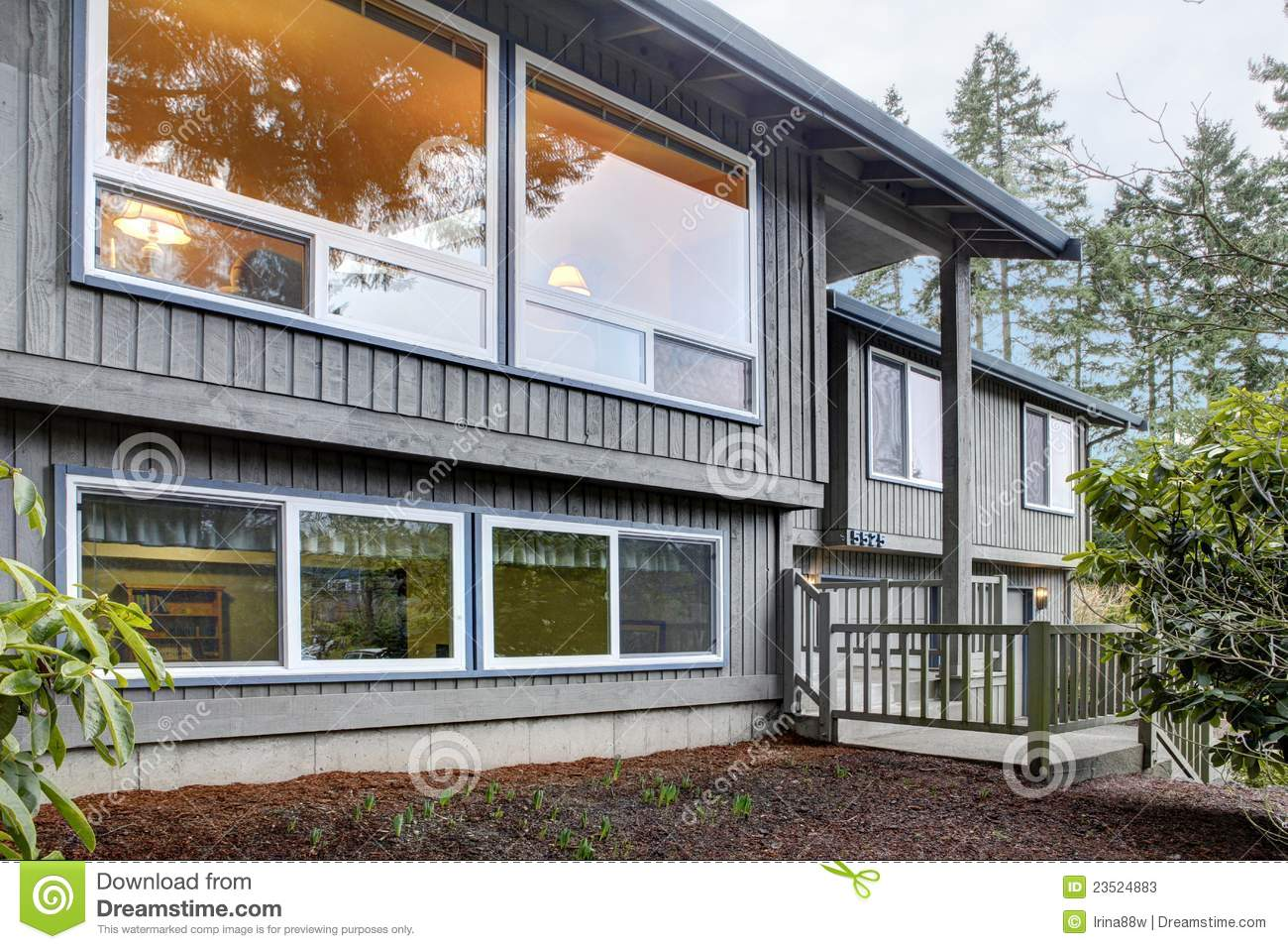 Split level brown grey house front exterior stock photos for Split home