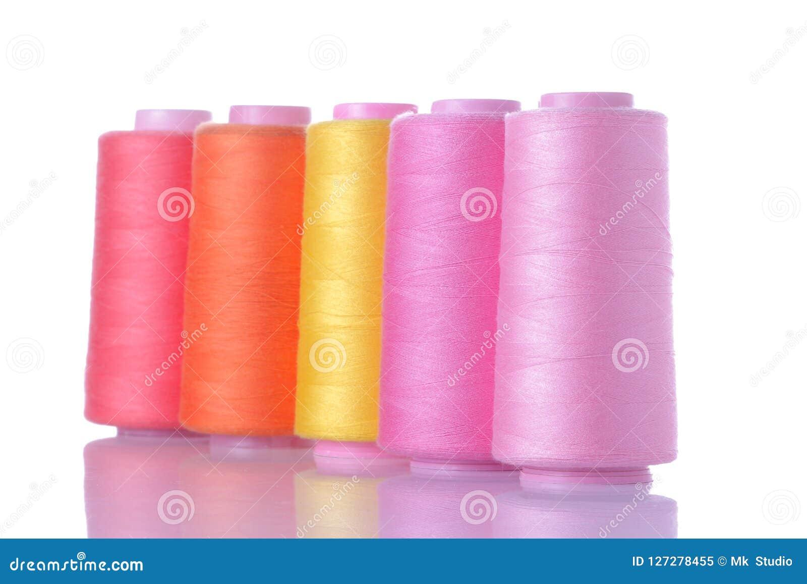 Spoelen met draden op wit geïsoleerde achtergrond Toebehoren voor het naaien