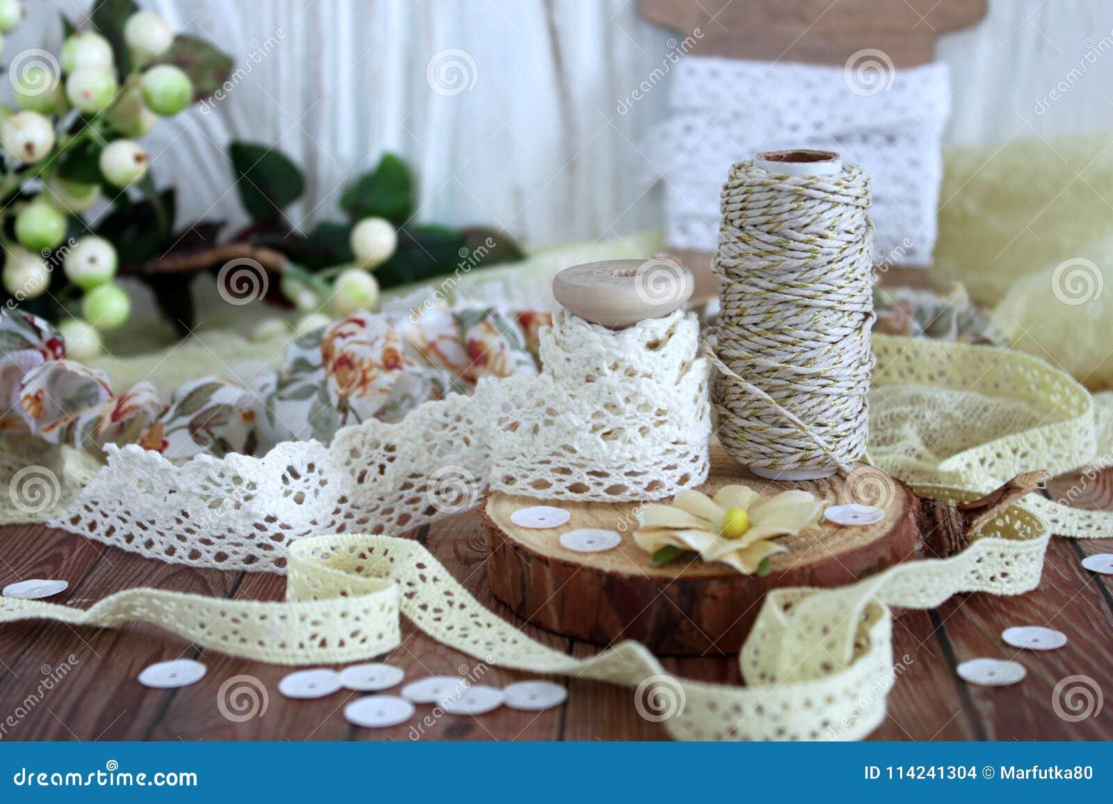 Spoelen met kantversiering en bakkers` s streng Kant en versieringen Bewerkende en naaiende levering