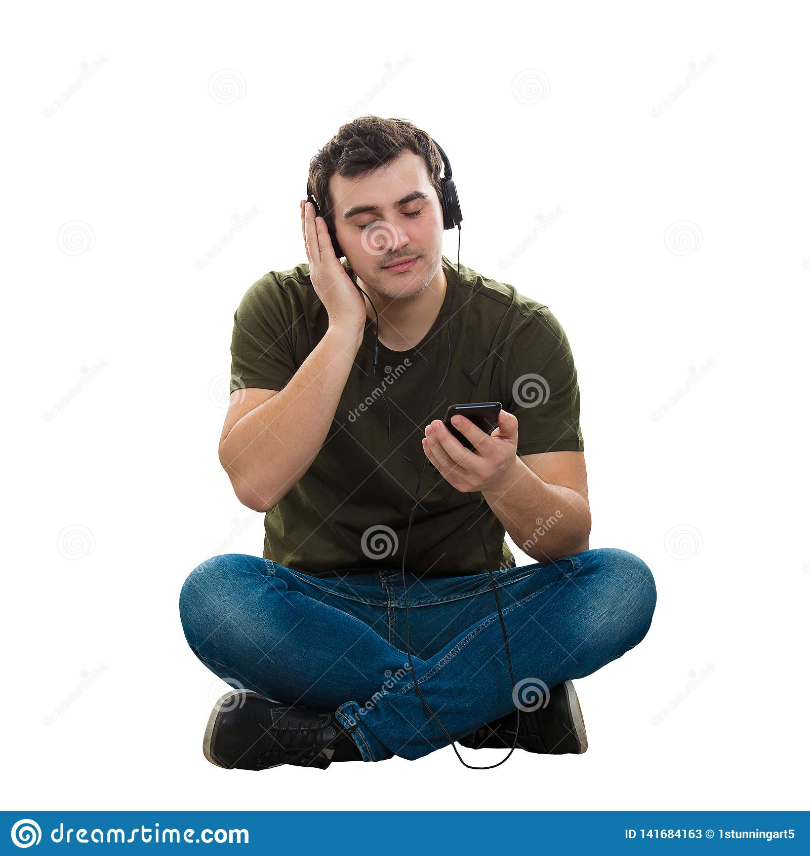 Spokojna faceta hełmofonu muzyka