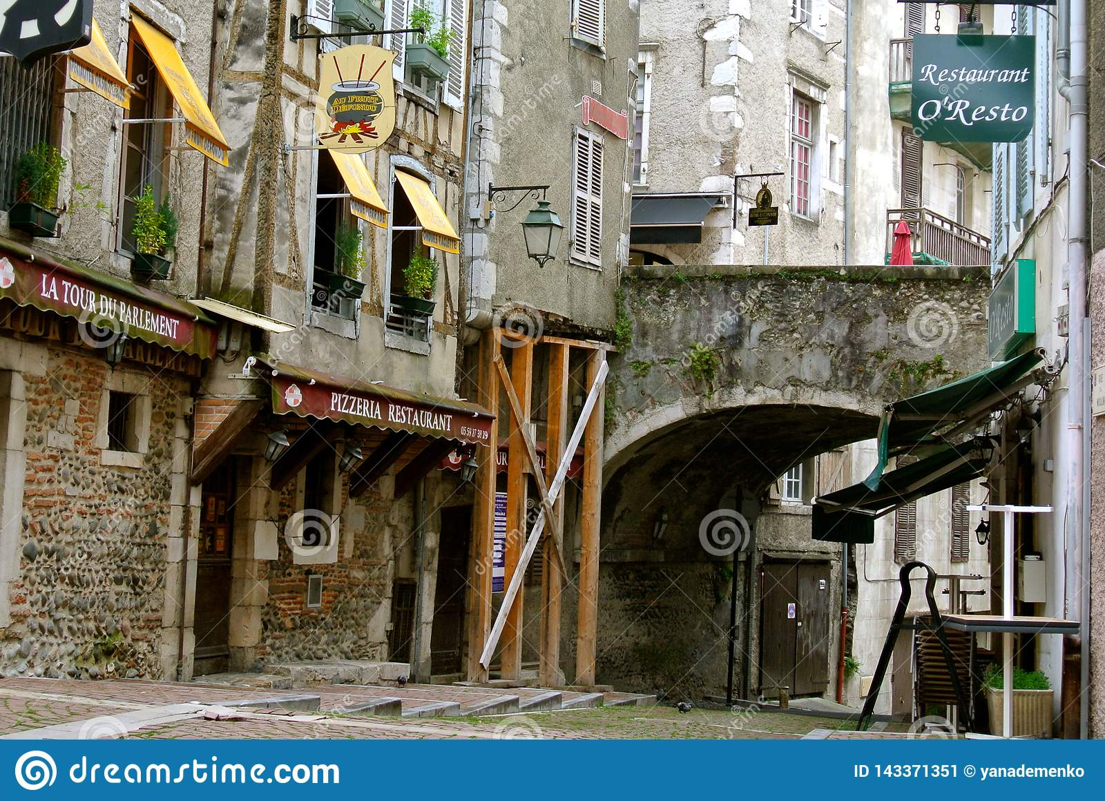 Spokojne ulicy w starym centrum Pau, Francja