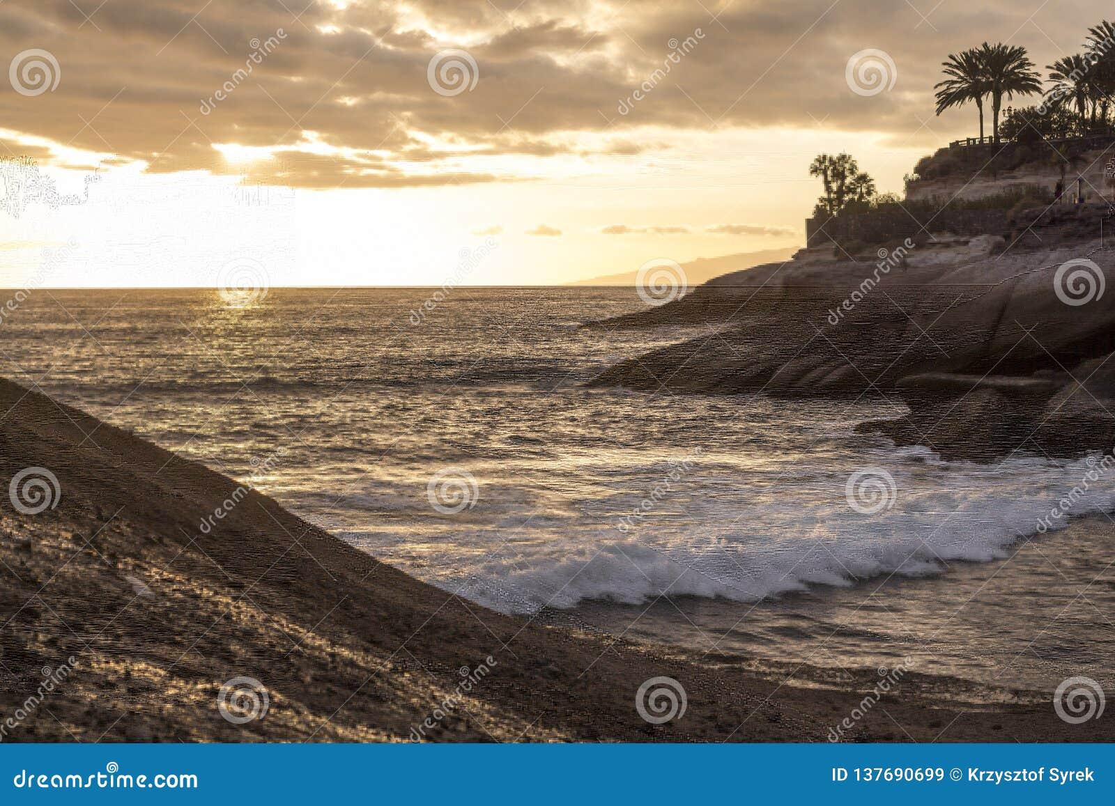 Spokojny Atlantyk przy małą Tenerife zatoką przy półmrokiem