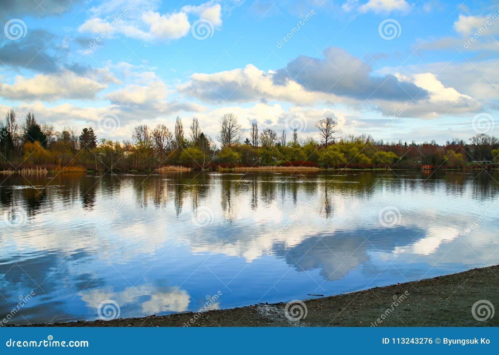 Spokojny i pokojowy jezioro