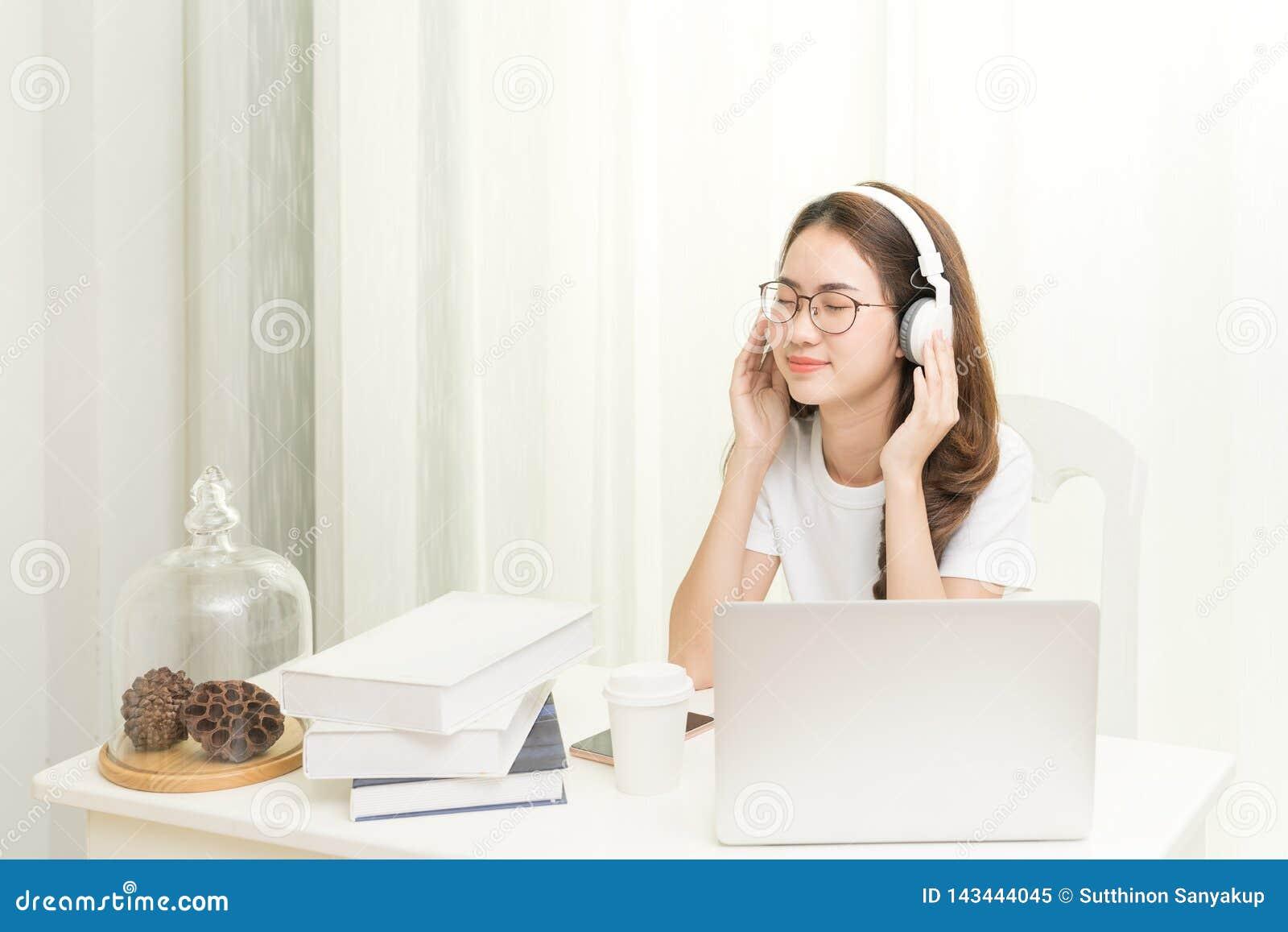 Spokojny uśmiechnięty bizneswoman relaksuje przy wygodnymi biurowymi krzesło rękami za głową, Szczęśliwa kobieta odpoczywa w biur