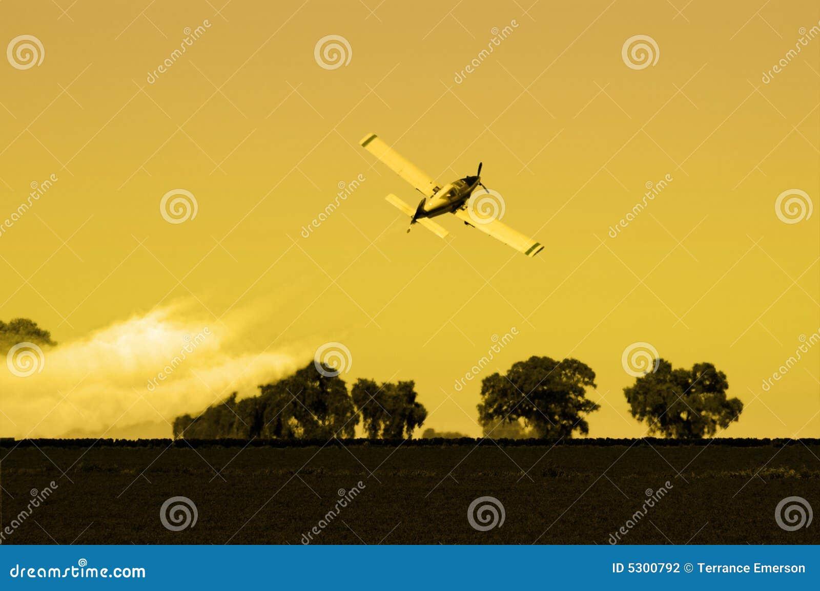 Download Spolveratore Del Raccolto Di Pomeriggio Fotografia Stock - Immagine di pascolo, rurale: 5300792