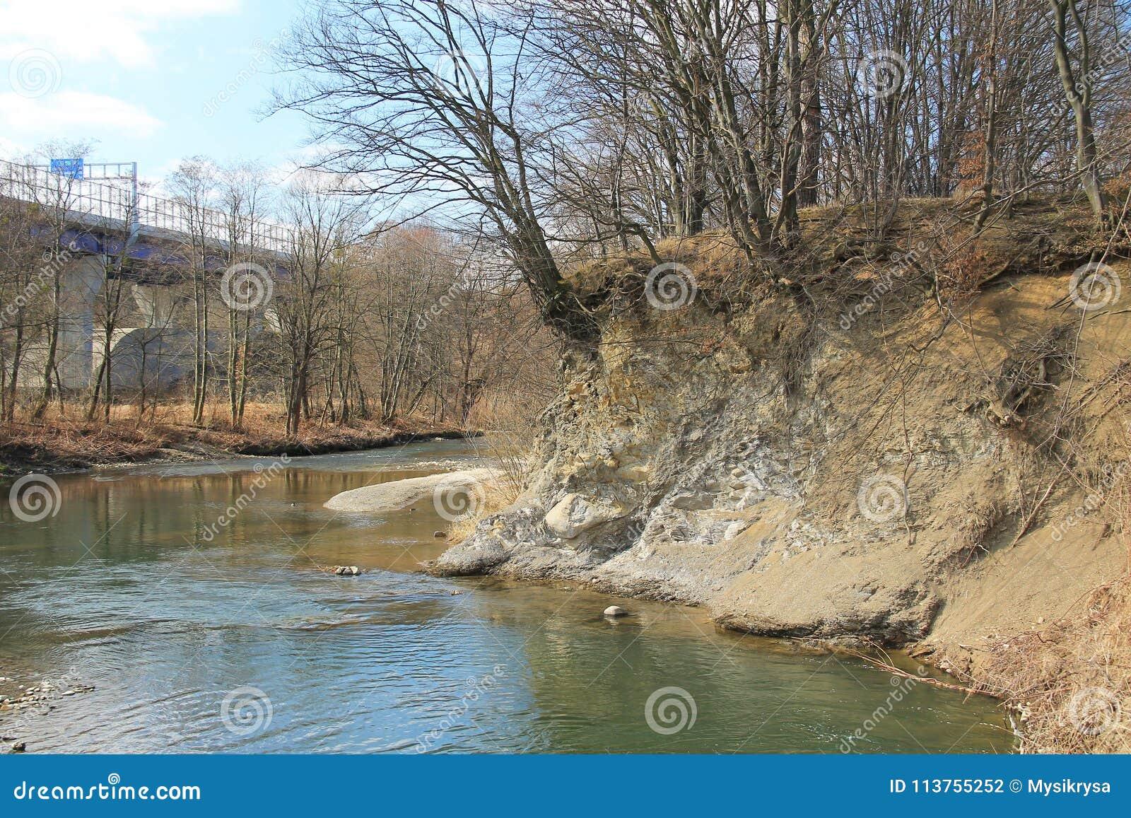 Sponda del fiume insidiata