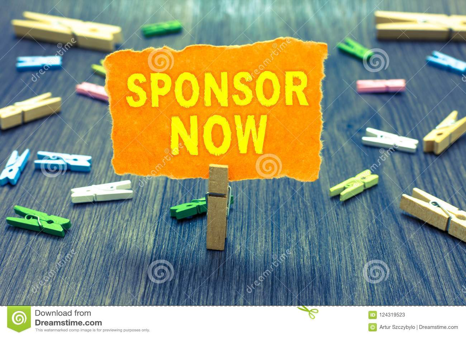 Sponsor conceptuel d apparence d écriture de main maintenant Le texte de photo d affaires payant ou investissant dans le projet s