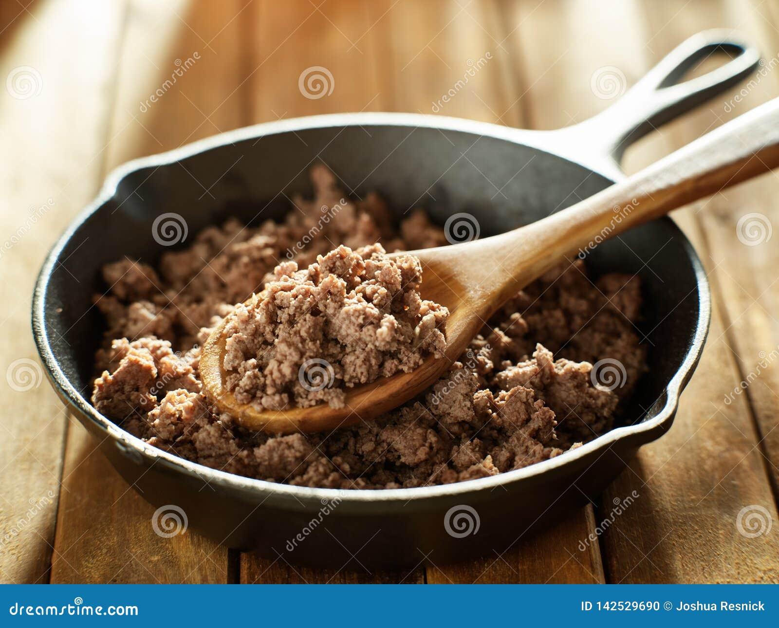 Spoonful świeżo gotująca zmielona wołowina od żelaznej rynienki