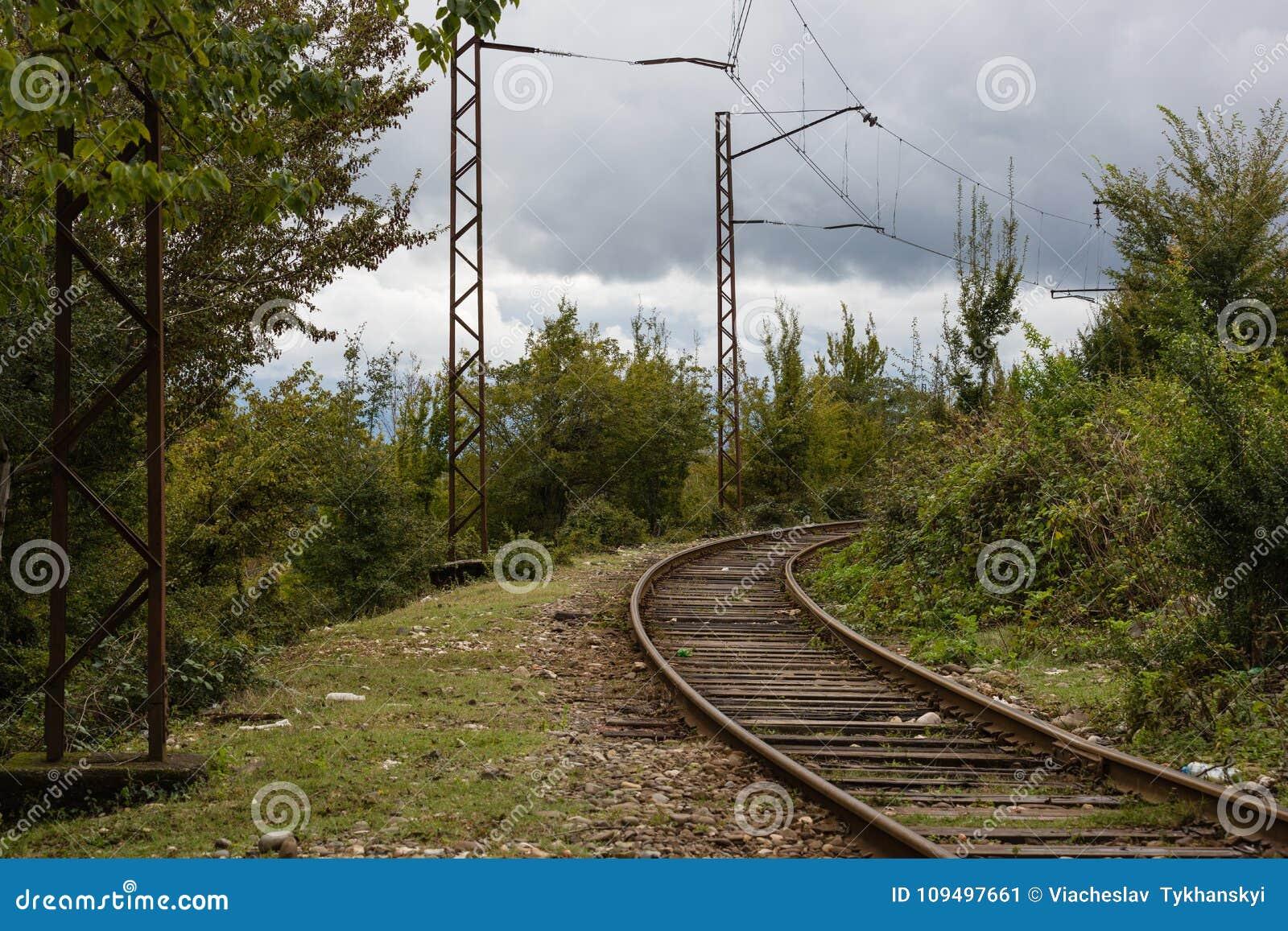Spoorweg in de bergen van Georgië