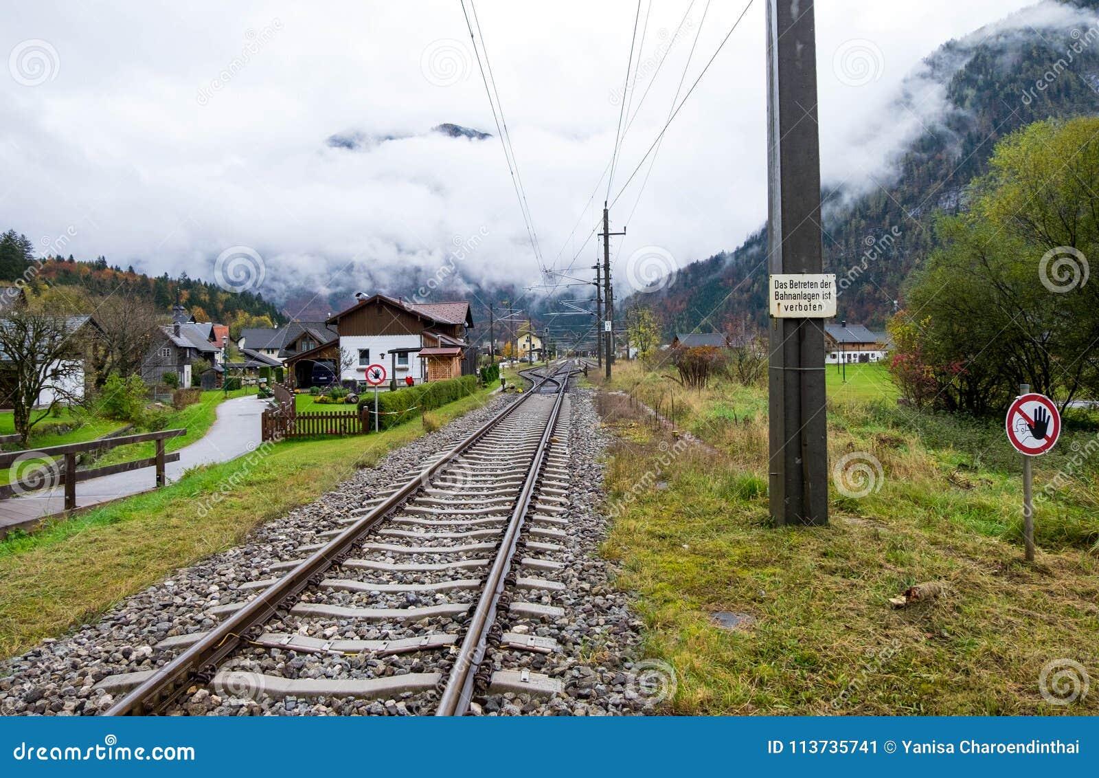 Spoorweg over midden van Obertraun-stad Het weer was zo bewolkt en klaar te regenen om het even welke tijden