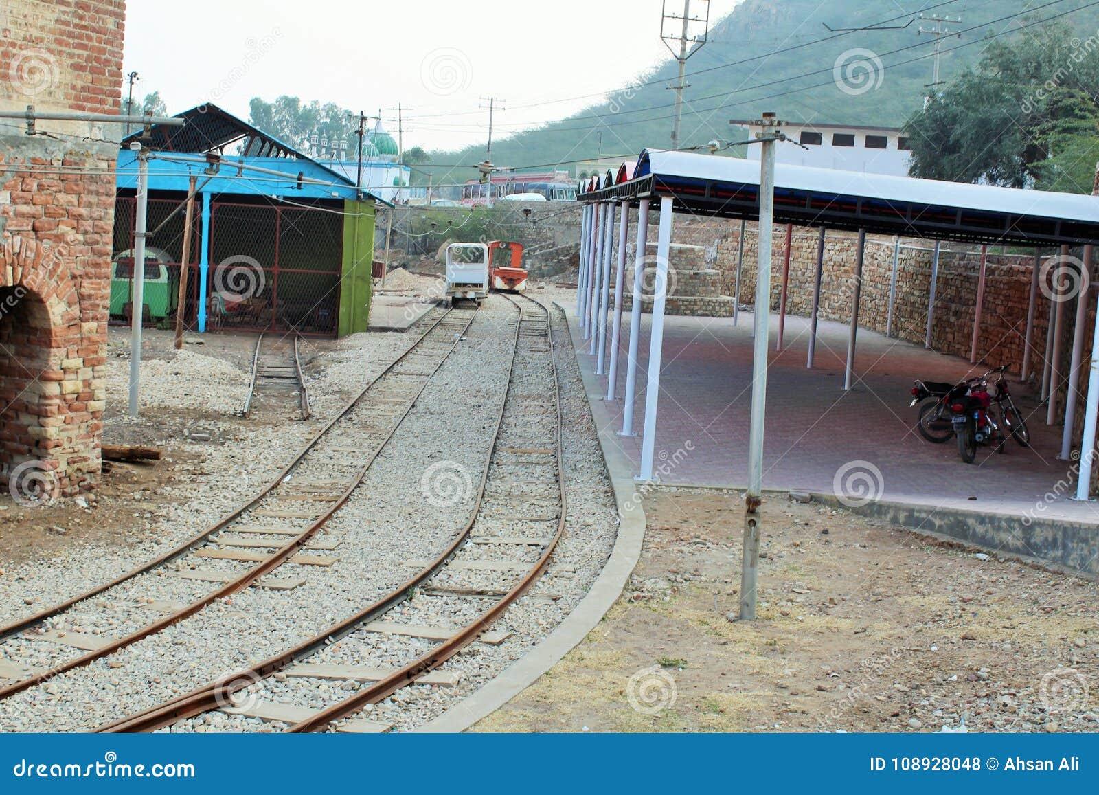 Spoorwegspoor die binnen de zoutmijn van khewara gaan