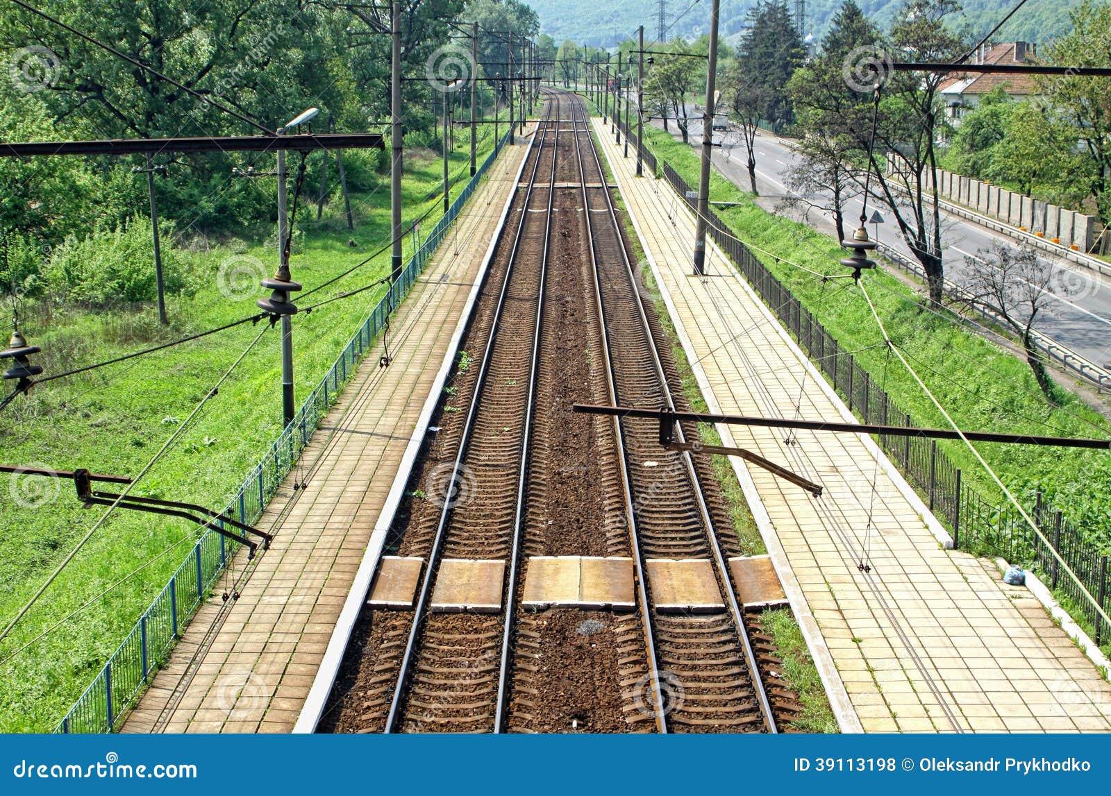 Spoorwegsporen en klein station