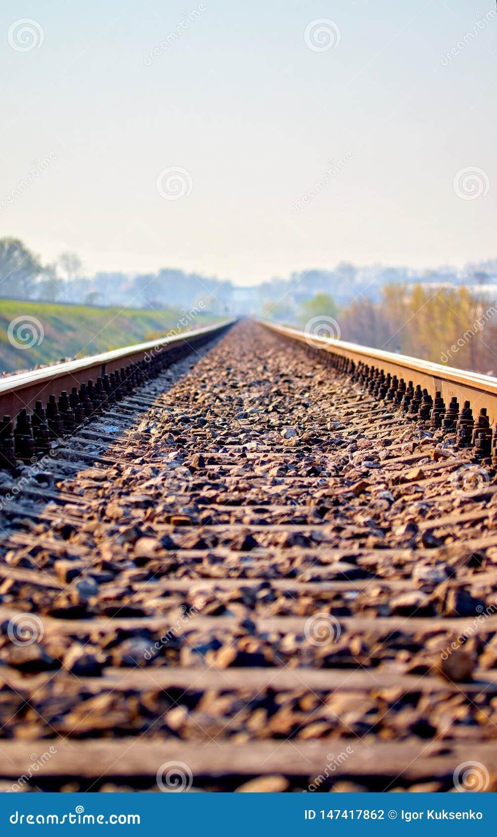 Spoorwegsporen met een mooie pastelkleurzonsondergang