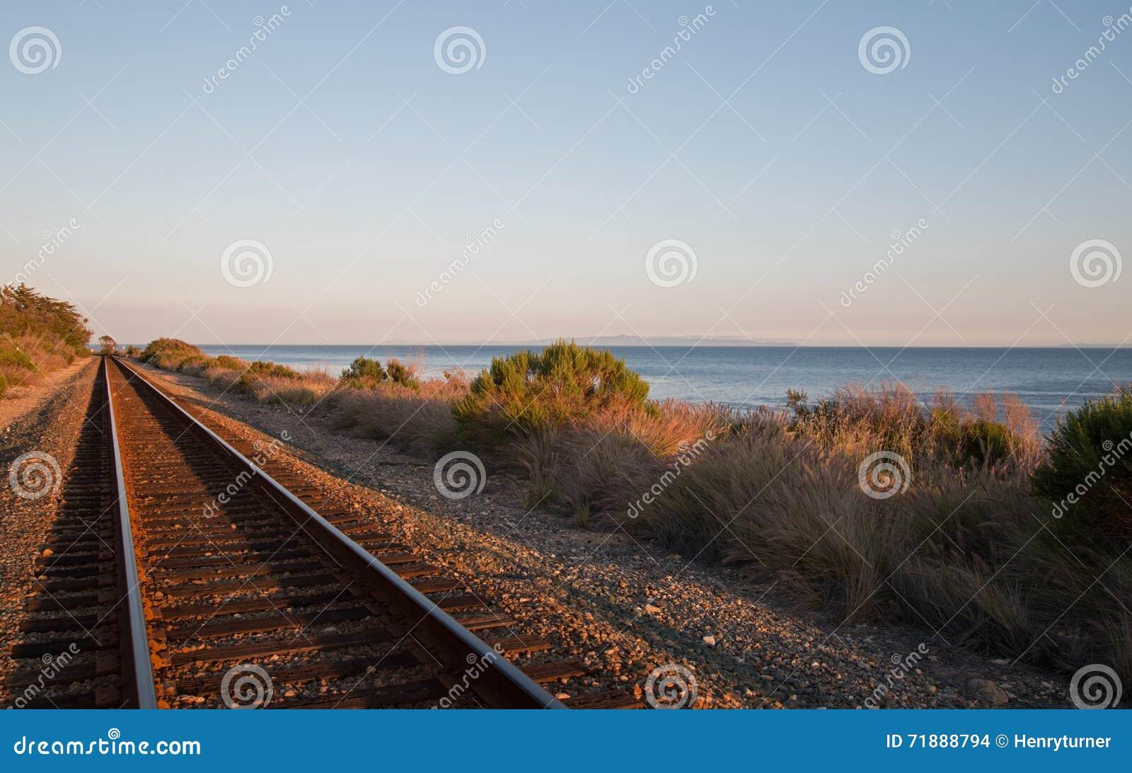 Spoorwegsporen op de Centrale Kust van Californië in Goleta/Santa Barbara bij zonsondergang