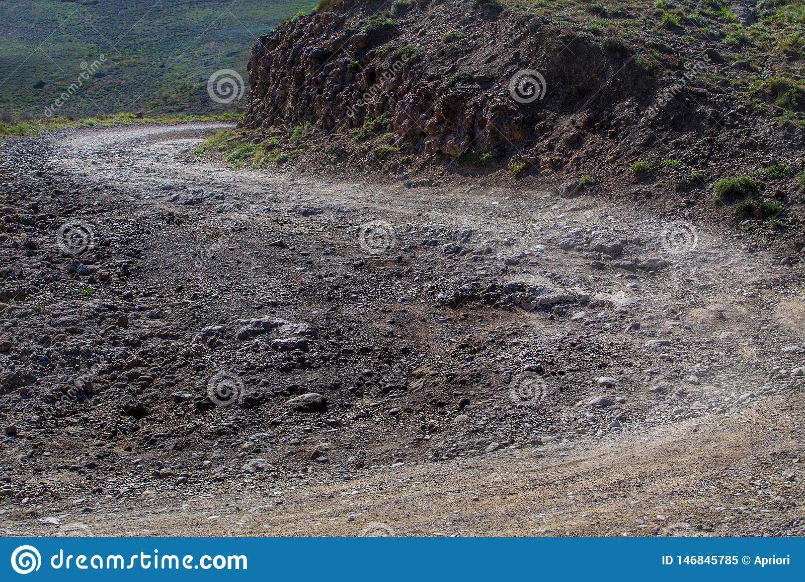 Sporcizia d avvolgimento, strada rocciosa