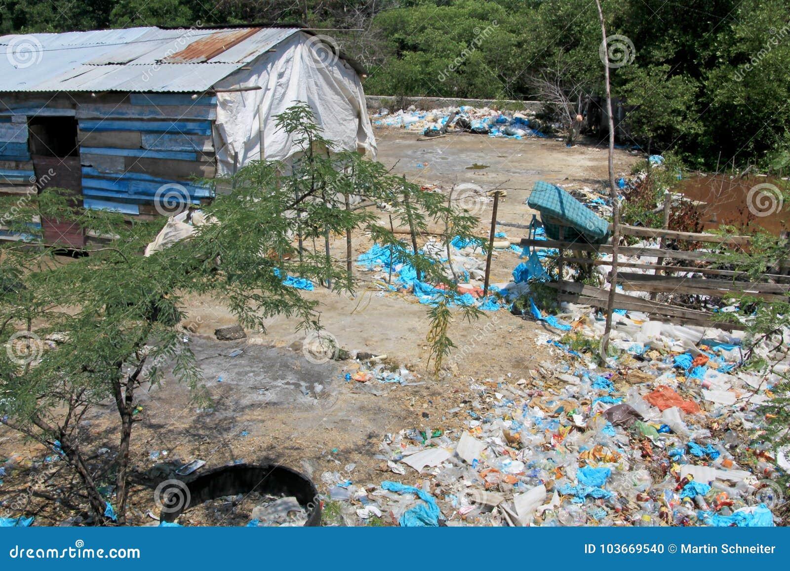 Sporcizia dell immondizia davanti alle case private lungo la costa colombiana, Santa Marta, Colombia
