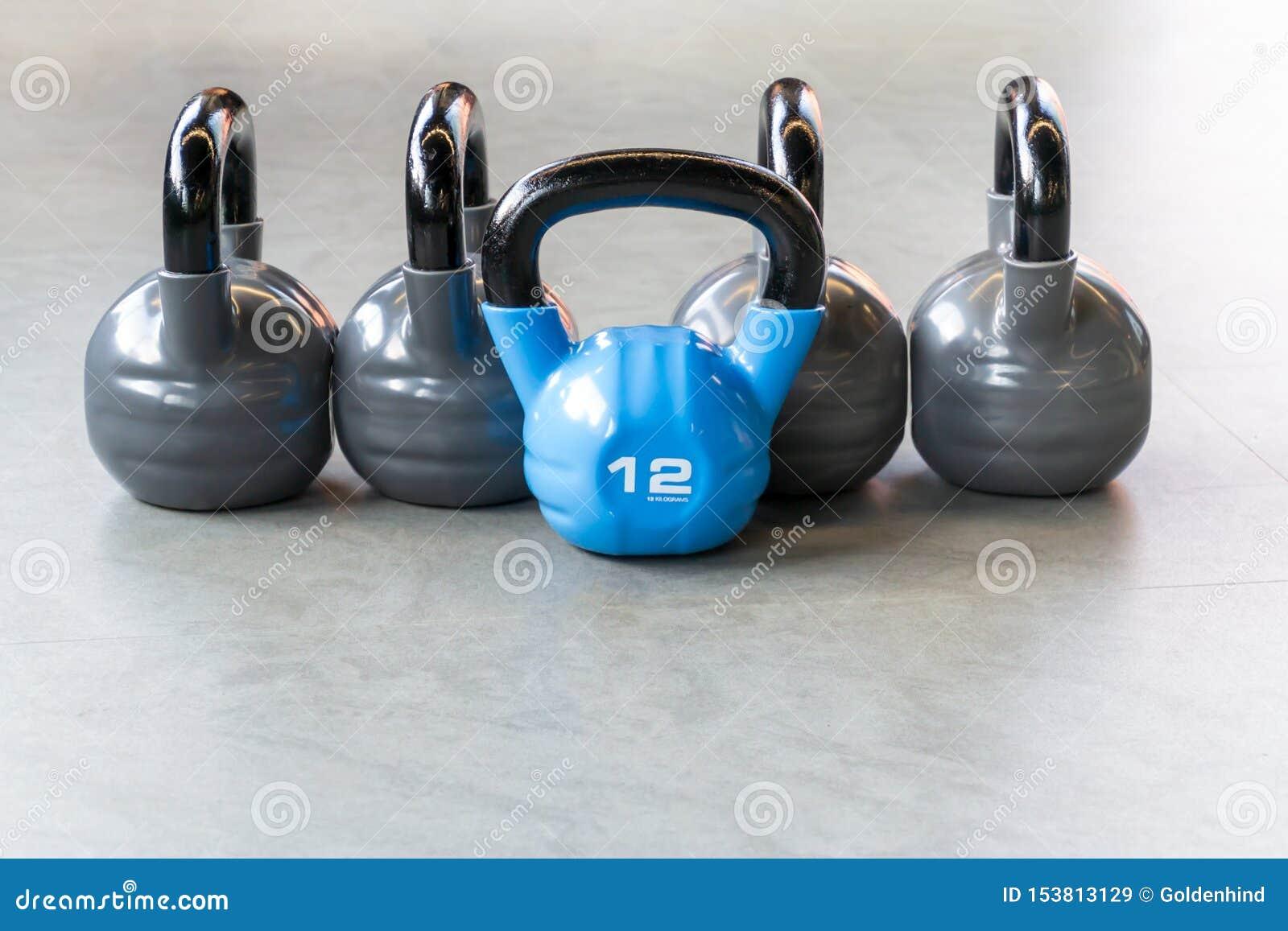 Sportów, sprawności fizycznej lub bodybuilding pojęcia tło, Skład żelazni kettlebells na podłodze w gym