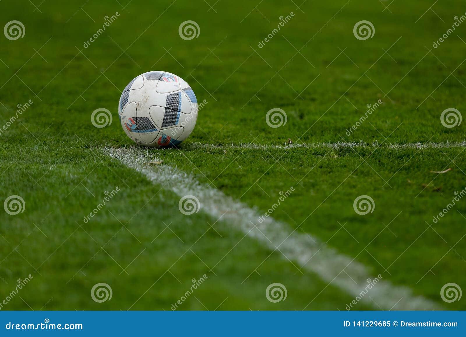 Sport, calcio e gioco - palla sul campo di football americano