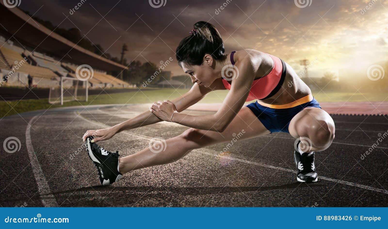 Sport Corridore che allunga sulla pista corrente
